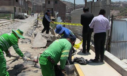 Muro caído por ruptura de tuberías de SEDAPAR en avenida Primavera Campo Marte, fue cercado con sacos terreros por parte de la Subgerencia de Defensa Civil