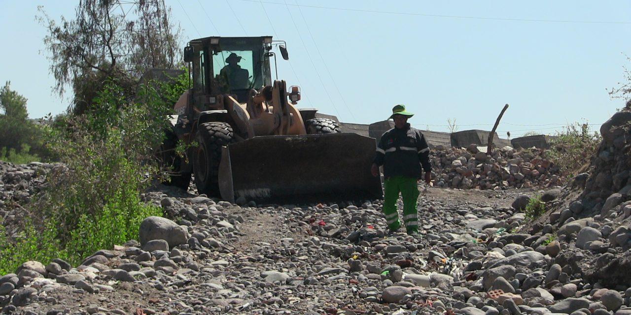 Municipio realiza limpieza de piedras y escombros en el Río Andamayo