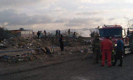 Trabajo coordinado entre personal del Municipio y Compañía de bomberos evitó propagación de incendio en la torrentera N°3 cerca a la calle Evitamiento