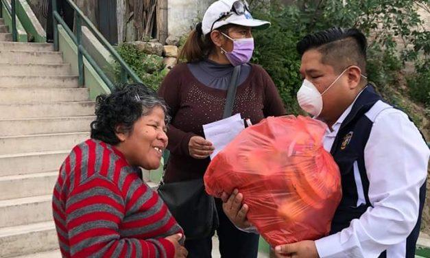 Alcalde entrega canastas de alimentos a familias de Luz y Alegría