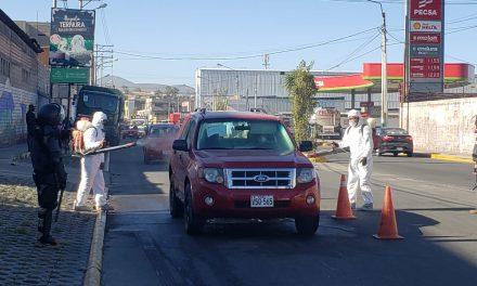 Desinfección de automóviles en la avenida Kennedy