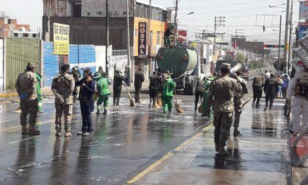 Alcalde José Supo en coordinación con el ejército y el Comando COVID desinfectaron esta mañana todo el perímetro de la avenida Jesús